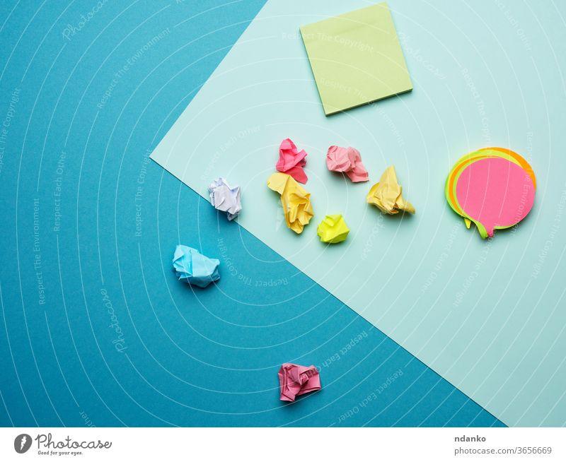 mehrfarbige, leere Papieraufkleber in verschiedenen Farben auf blauem Hintergrund Schreibwarenhandlung kleben Aufkleber Klebrig Vorlage gelb Klebstoff