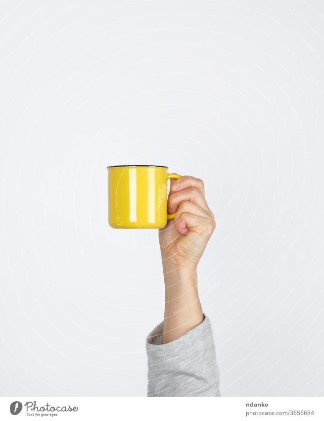 gelbe Keramiktasse in weiblicher Hand auf weißem Hintergrund Kaffee Kaffeepause Container Tasse Design trinken Espresso Frau Finger Lebensmittel Halt heiß Küche