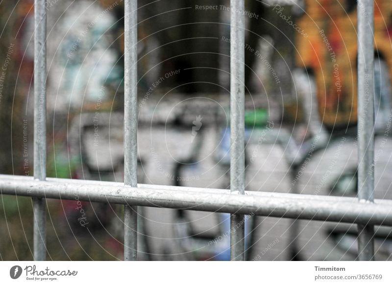 Gitter vor einem Berliner Graffiti Metall Zaun Farbe Barriere Menschenleer Außenaufnahme Buchstaben bunt