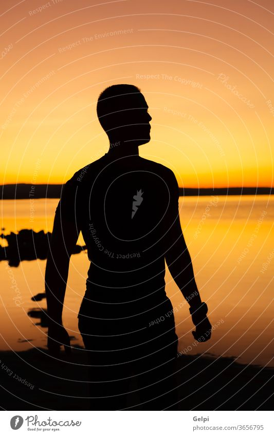 Silhouette eines Mannes bei Sonnenuntergang Natur Himmel Sonnenaufgang Person gelb golden im Freien reisen Erfolg männlich Landschaft Freiheit Menschen