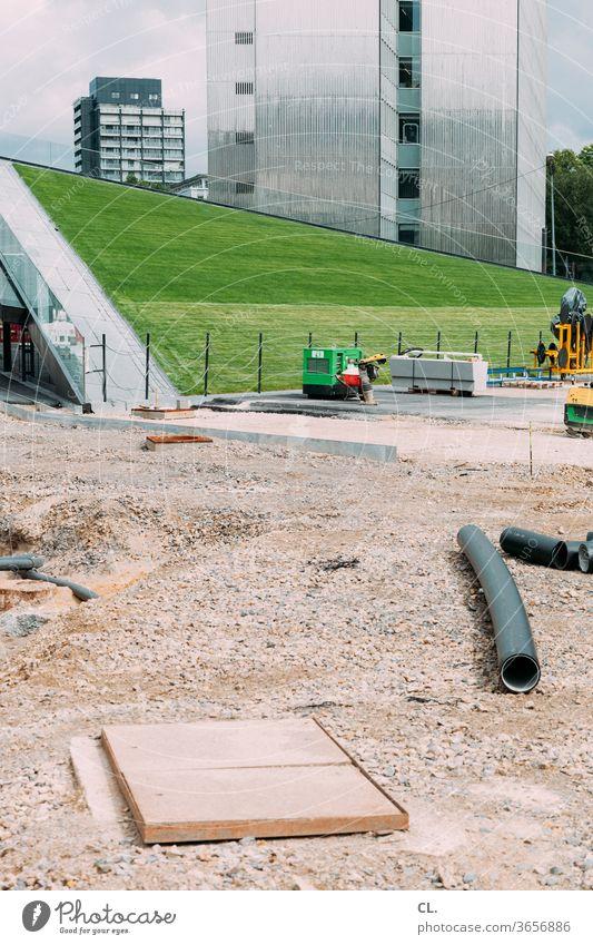 spielplatz Baustelle Hochhaus Architektur Gebäude Stadt Bauwerk Wiese Rasen urban modern neu Moderne Architektur Wandel & Veränderung Menschenleer Außenaufnahme