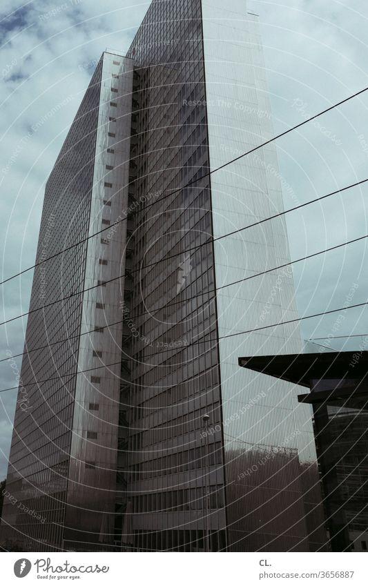 hochhaus Architektur Hochhaus urban Stadt Gebäude Großstadt groß dunkel Himmel Fassade Architekturfotografie eckig Froschperspektive ästhetisch Menschenleer