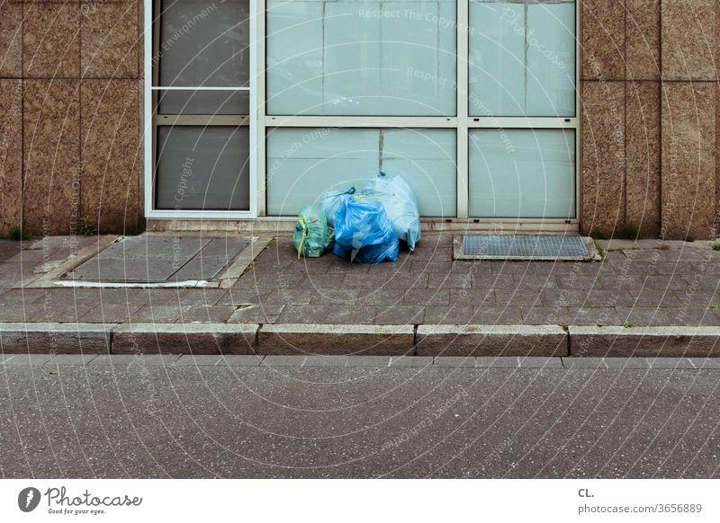 müll Müll Müllentsorgung Müllsack Straße Wege & Pfade gehweg Müllabfuhr Menschenleer Umweltverschmutzung Müllbehälter Plastik Plastiktüte wegwerfen