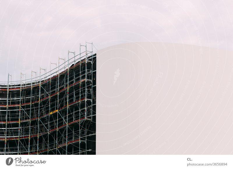 fassadenarbeiten Fassade Gebäude Architektur Baustelle Sanierung Gerüst Bauarbeiten Baugerüst Himmel Sehenswürdigkeit Sanieren Modernisierung ästhetisch