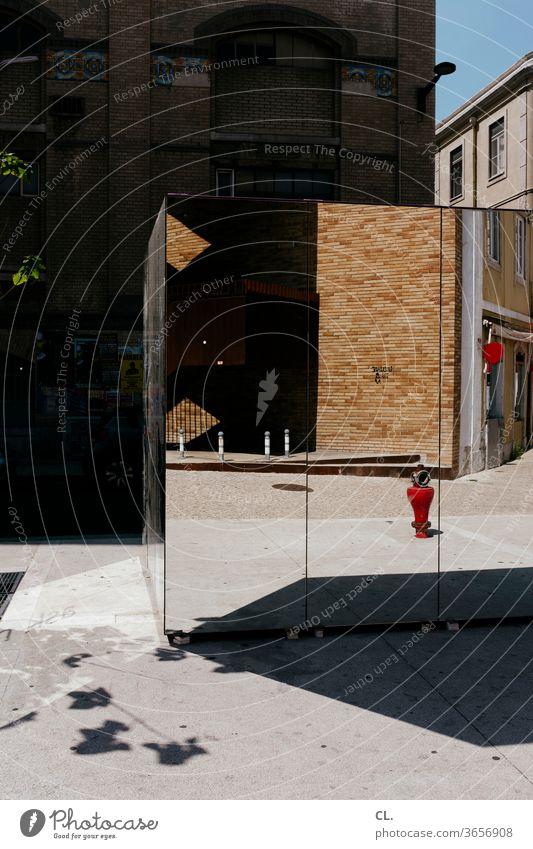 spiegelbild Spiegel Straße Ecke Reflexion & Spiegelung Wand Mauer Haus Hydrant Fassade Architektur abstrakt Stadt eckig optische täuschung Spiegelbild
