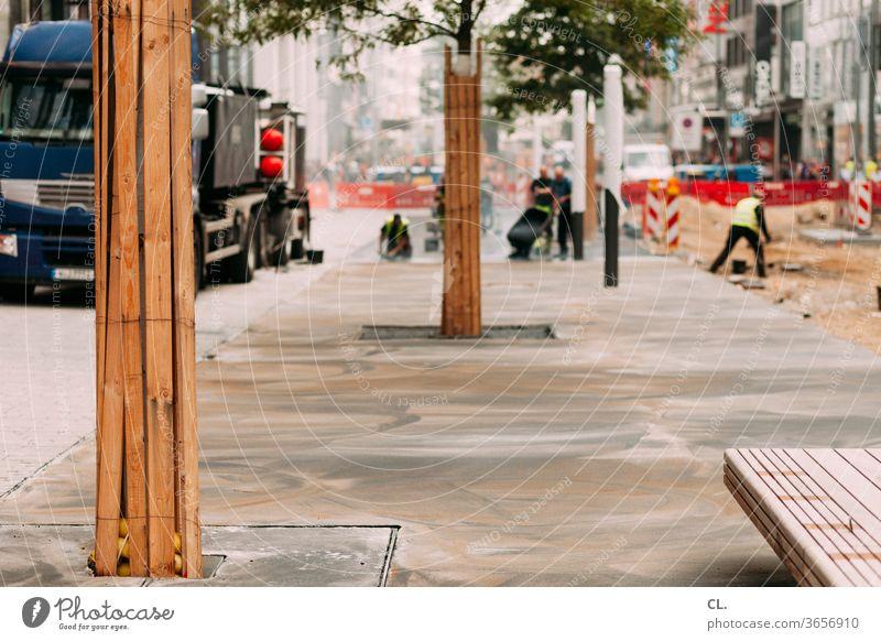 bauarbeiten Bauarbeiten Fußgängerzone Stadt Stadtzentrum Baum Wandel & Veränderung Bauarbeiter Baustelle Einkaufszone Geschäfte Sitzbank Wege & Pfade