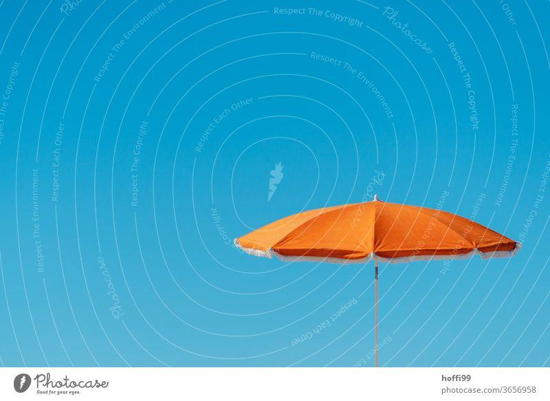 oranger Sonnenschirm vor blauem Himmel - Sommer Blauer Himmel orange-rot Minimalismus Wolkenloser Himmel minimalistisch Strand Urlaubsstimmung Schatten