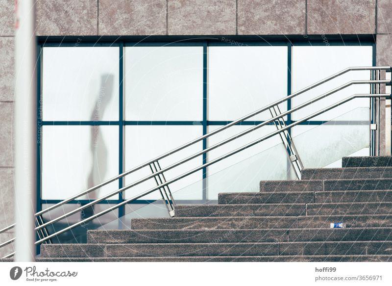 Die Säule spiegelt sich in der Fensterfassade und ihr Spiegelbild erklimmt die Treppe Surrealismus surreal surrealistisch Fassade Spiegelung