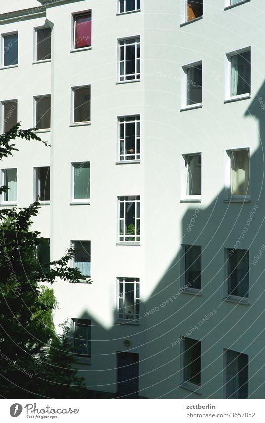 Hinterhoffassade again altbau außen brandmauer fenster haus himmel himmelblau hinterhaus hinterhof innenhof innenstadt mehrfamilienhaus menschenleer mietshaus
