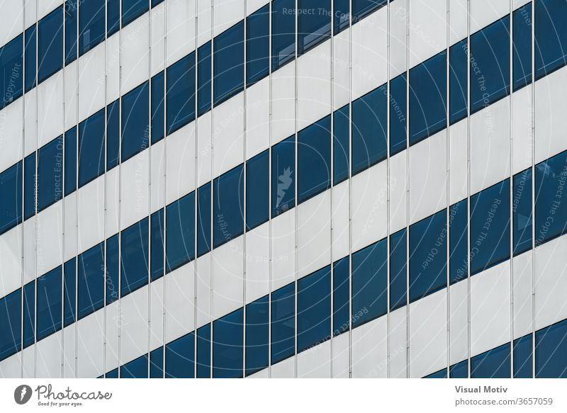 Symmetrische blaue Fenster eines Bürogebäudes aus Aluminium und Glas Gebäude Fassade Architektur architektonisch urban Farbe Struktur geometrisch Formen