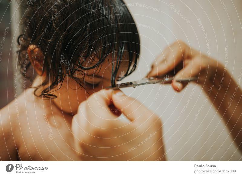 Mutter schneidet der Tochter die Haare Mutterschaft Schneiden Haare & Frisuren Haarschnitt Behaarung Friseur Stil Haarpflege Innenaufnahme Kaukasier Kind