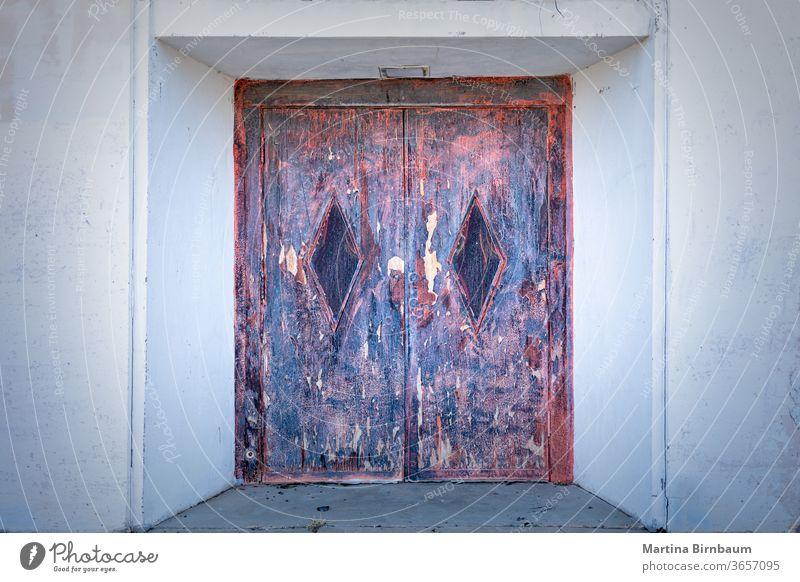 Alte und verrostete Tür, Eingang zu einem alten, verlassenen Gebäude rostig Metall rot Wand bügeln Fleck altehrwürdig Hintergrund Material metallisch verwittert