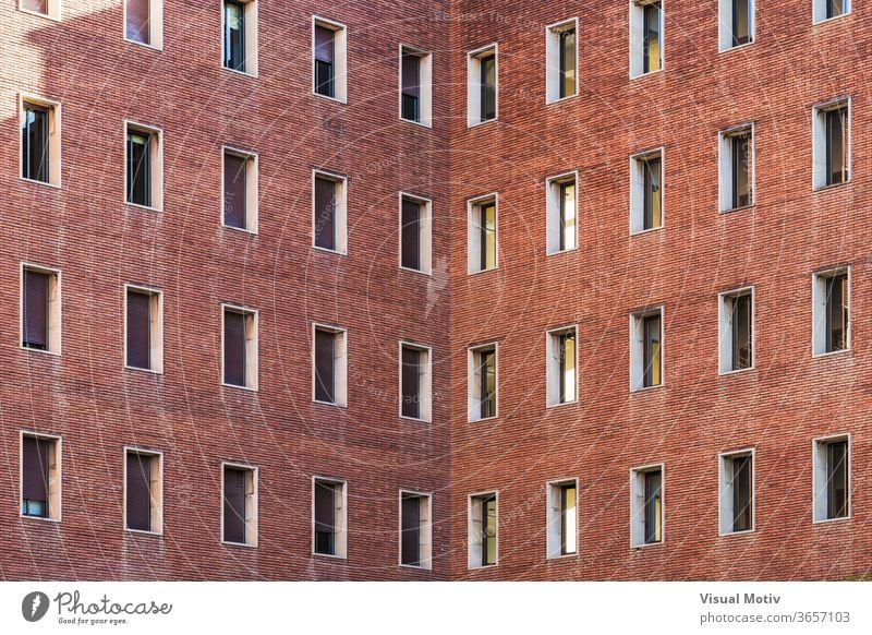 Symmetrische Fassaden eines alten Backsteingebäudes Struktur Architektur Gebäude abstrakt Farbe Fenster Ziegel Gebäudefassade urban altes Backsteingebäude