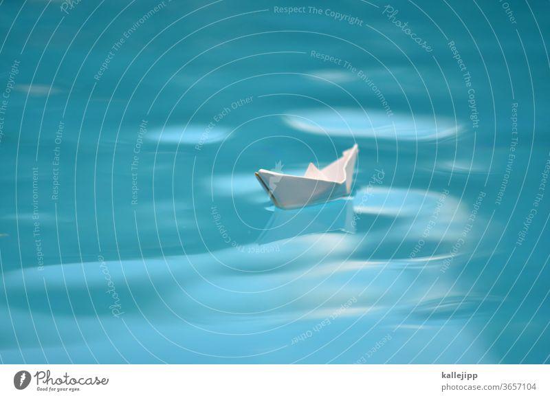 symbolbid papierschiff im wasser Papierschiff Wasser Reise reisend Wellen klein Orientierung Navigation Segeln Segelschiff Gefahr Entdecker Columbus Ozean