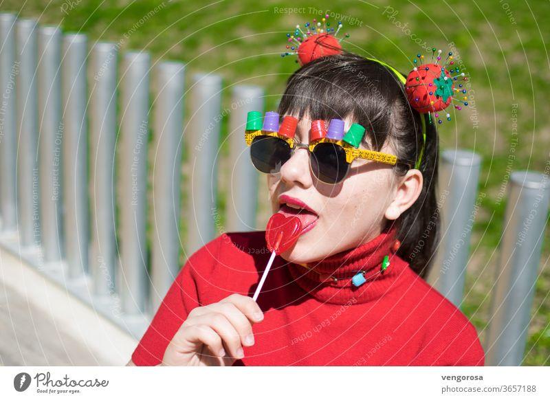 Pin-up-Teenager mit Nähzubehör und einem Lolli essen junges Mädchen mehrfarbig rot Lollipop Teenager-Mädchen fransen hübsch Schönheit Porträt Ponyfrisur