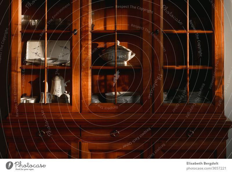 alter Buffetschrank aus Kirschbaumholz mit Geschirr in der Vitrine antik Holz Möbel Einrichtung einrichten Schrank