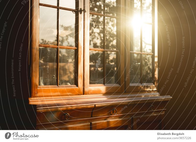 alter Buffetschrank aus Kirschbaumholz mit Sonnenreflektion auf der Glasfront Buffet Schrank antik Abendsonne einrichten Einrichtung Möbel geschirr