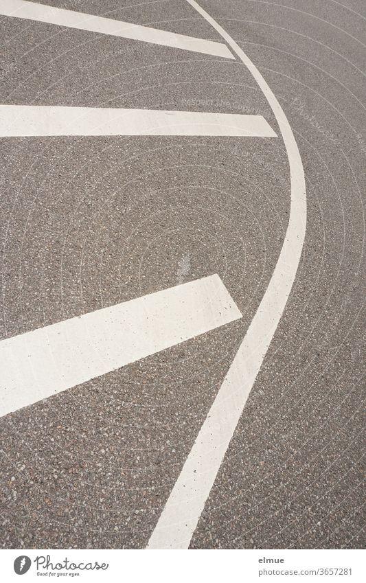 Markierung einer Sperrfläche auf einer asphaltierten Fahrbahn Fahrbahnmarkierung Verkehrswege Asphalt Strukturen & Formen Straße Wege & Pfade