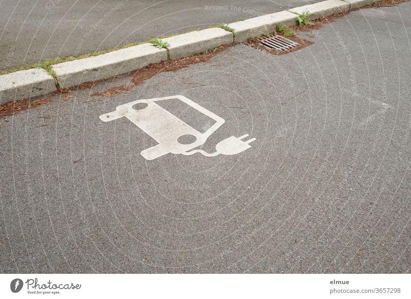 am Straßenrand befindet sich ein weißes Elektroauto - Symbol  als Hinweis für eine Ladestation Elektromobilität umweltfreundlich Autofahren Energie