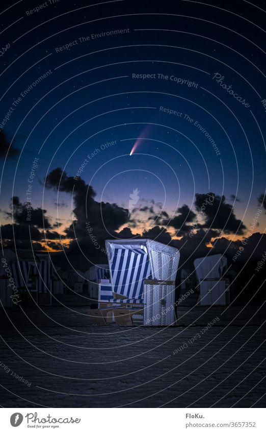 Komet Neowise über einem Strandkorb an der Nordseeküste sterne strand Sankt Peter Ording sankt peter-ording St. Peter-Ording nacht astronomie Astrofotografie