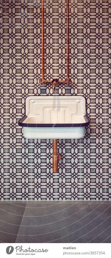 Abfluss Becken Rohre kupfer Fliesen u. Kacheln Menschenleer Waschbecken Grau braun Wasserhahn Bad Innenaufnahme