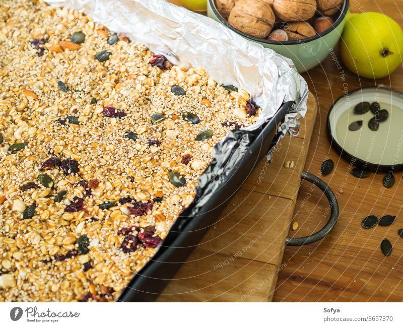Hausgemachtes gesundes Energie-Müsli mit Nüssen Mandel Protein Bar Erdnussbutter hausgemacht Kürbis Nut Gesundheit gebacken Frucht knackig Hintergrund
