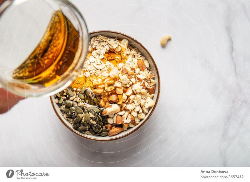 Glutenfreier gewalzter Hafer zuckerfrei glutenfrei Müsli selbstgemacht süß Muttern Gesundheit Korn Diät Samen Frühstück gebraten Sonnenblume Ahornsirup