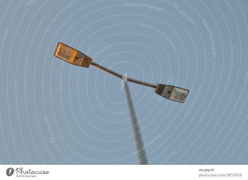 Straßenbeleuchtung mit zwei Lampen Laterne Straßenlaterne Licht Mast Stange Doppelt Himmel blau Wolkenloser Himmel Energie Strom Beleuchtung Außenaufnahme