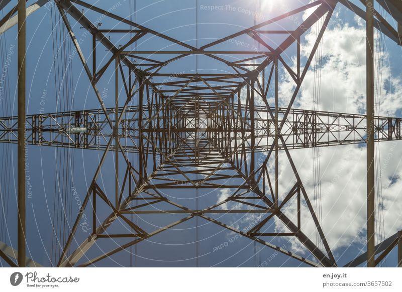 Strommast von unten mit blauem Himmel, Sonnenlicht und einer Wolke in Zeiten von Klimawandel Elektrizität Energie Energiewirtschaft Erneuerbare Energie
