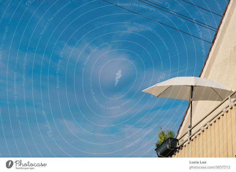 Blauer Himmel, Balkon mit weißem Sonnenschirm - Balkonien klassisch blau Wolken Schäfchenwolken Sommer Leichtigkeit weit oben hoch Außenaufnahme Farbfoto Tag