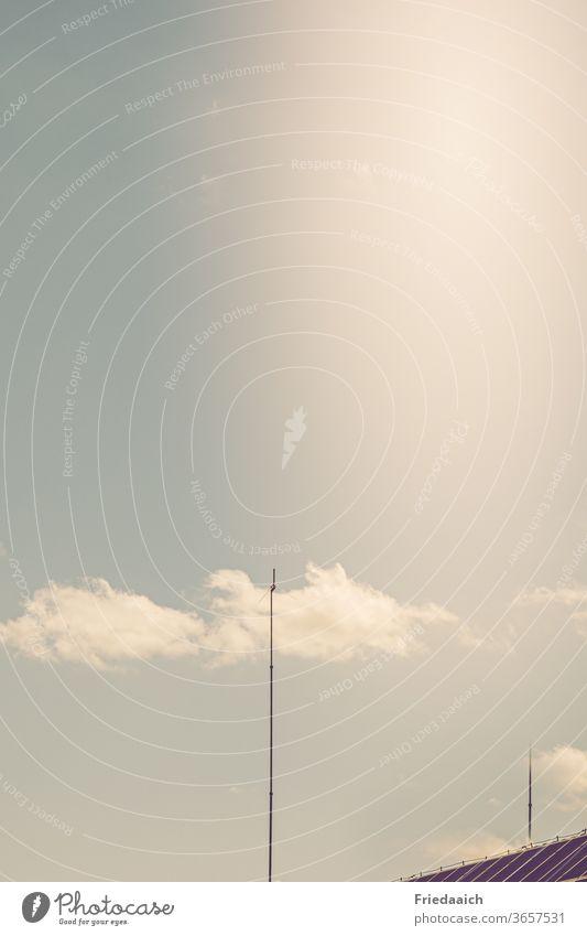 Antenne berührt die Wolke Wolken Himmel minimalistisch Tag Menschenleer Ferne Außenaufnahme Lichtschein Textfreiraum oben Sommer Schönes Wetter Hausdach