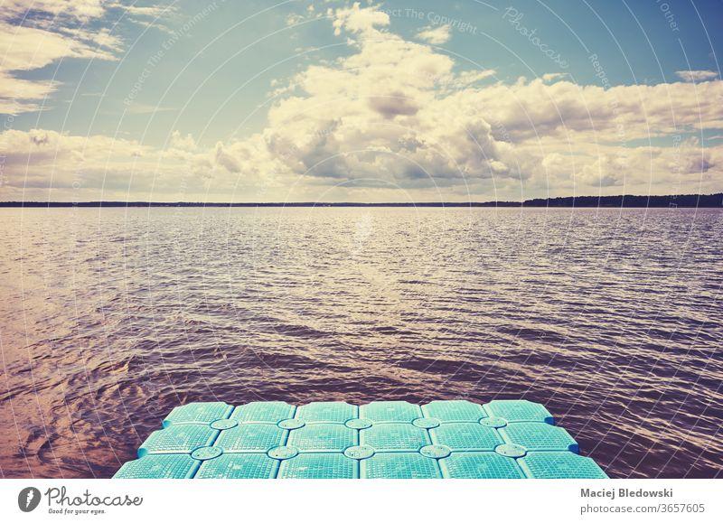 Schwimmender Plastiksteg auf dem Wasser. Pier fliegend Schiffsdeck See MEER Natur Instagrammeffekt sich[Akk] entspannen getönt gefiltert Cloud Himmel
