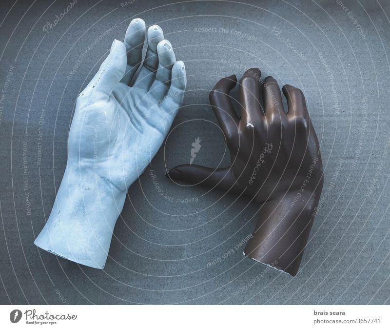 Schwarze und weiße Schaufensterpuppenhände. Hand Modellfigur Hände Körper Paar interrassisches Paar Heirat Partnerschaft Bildhauerei Hautproblem Hautpflege