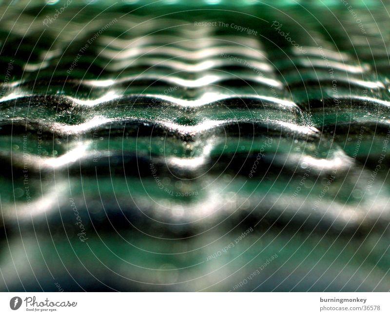Wellenglas grün Fototechnik Glas Fensterscheibe Linse uneben Makroaufnahme Menschenleer Reflexion & Spiegelung Zentralperspektive abstrakt Wellenform