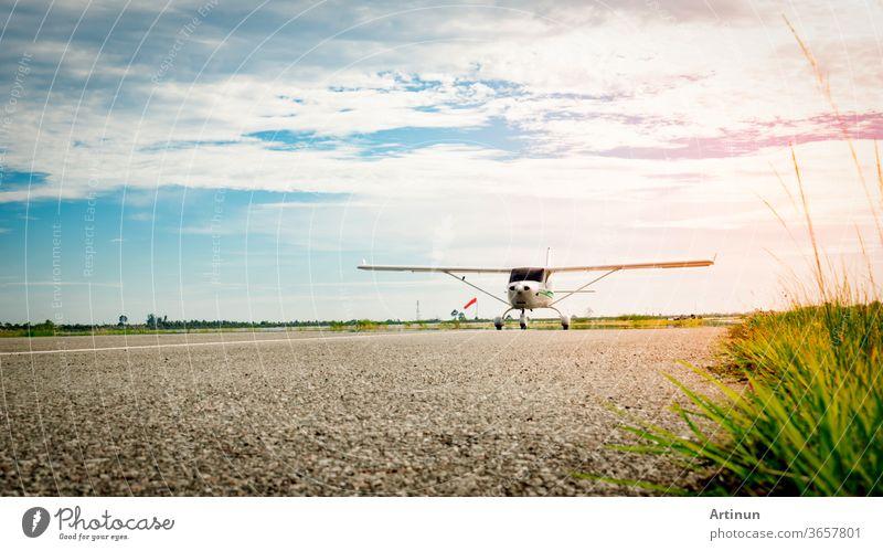Kleines Flugzeug, das morgens bei herrlich blauem Himmel auf einer Rollbahn ankommt. Strahlendes Leben. Hohes Wachstum und risikoreiches Geschäftskonzept.