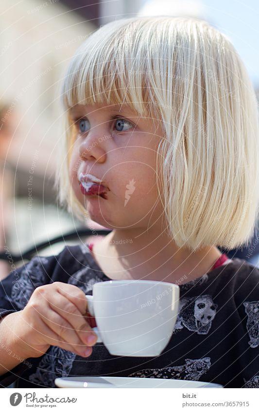 druckerzeugnis l milchschaum... Kind Kindheit Mädchen träumen trinken genießen genießend genuss Kaffee Kaffeetrinken Kaffeepause Kaffeetasse Espresso
