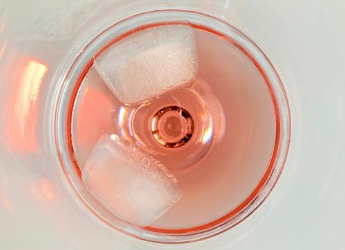 Erfrischungsgetränk Getränk rosa rund kreisförmig Vogelperspektive Eiswürfel Glas von oben Sommer sommerlich Reflexion & Spiegelung Farbfoto Limonade
