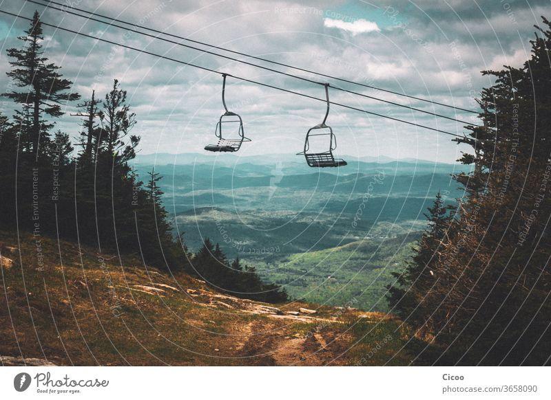 Leerer Sessellift im Sommer über grüner Landschaft sessellift Lift Piste dreckig ausblick weitsichtig Weitblick Natur Himmel Außenaufnahme