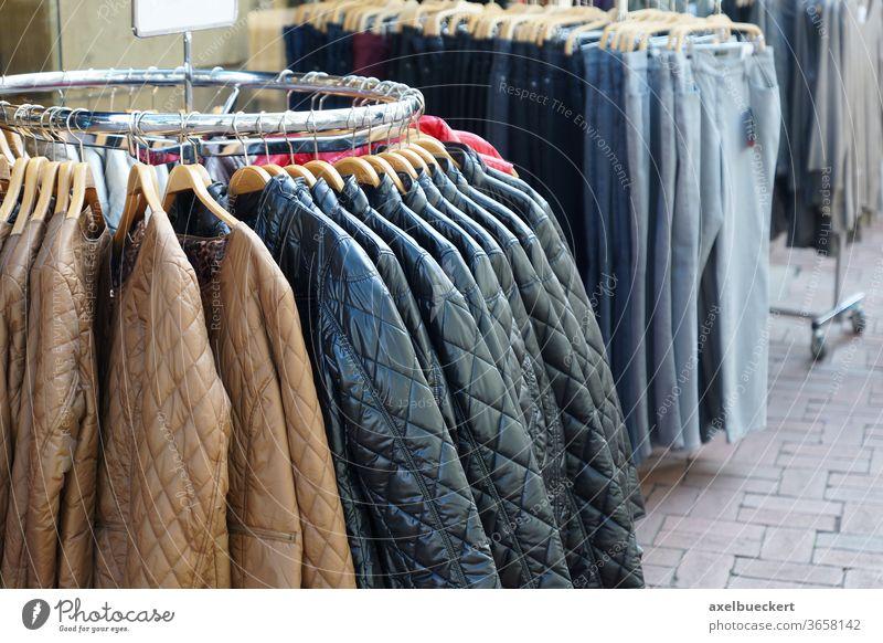 gesteppte Jacken und Jeans zu verkaufen Mode herbstmode steppjacke Jeanshose Lederjacke Übergangsjacke Kleiderständer Sale Bekleidung Kleidung Boutique Laden
