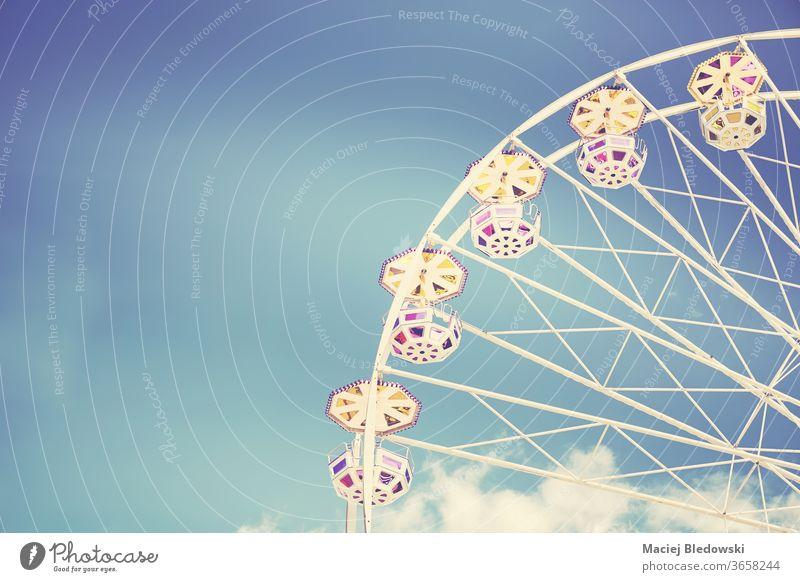 Retro-getontes Bild eines Riesenrads an einem sonnigen Tag. ferris Rad Vergnügen Spaß Himmel Mitfahrgelegenheit Kindheit retro Instagrammeffekt Entertainment