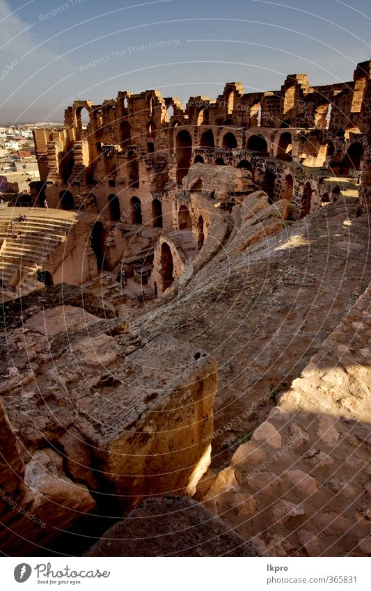 aus dem Inneren der Arena el jem in Tunesien, Kolosseum. Sand Himmel Wolken Felsen Ruine Stein historisch braun gelb grau rot schwarz weiß gold Baustein antik