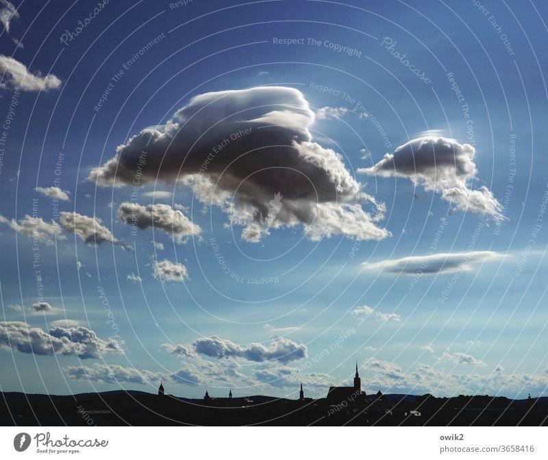 The Flying Akkuschraubers Wolken Himmel Textfreiraum oben Außenaufnahme Farbfoto Ferne Menschenleer Silhouette Kirche Haus Schönes Wetter Totale
