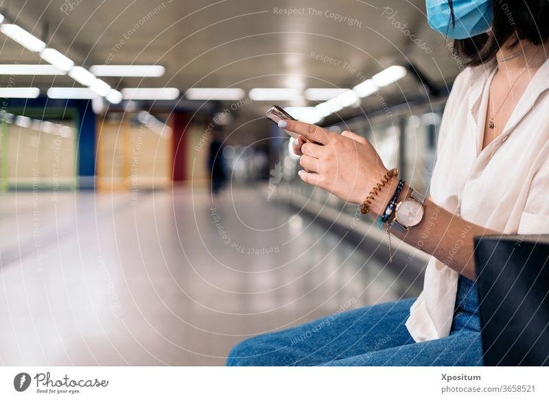 Seitenansicht einer Nahaufnahme einer nicht erkennbaren Frau mit ihrem Smartphone allein attraktiv schön Schönheit Funktelefon Großstadt Mitteilung Arbeitsweg