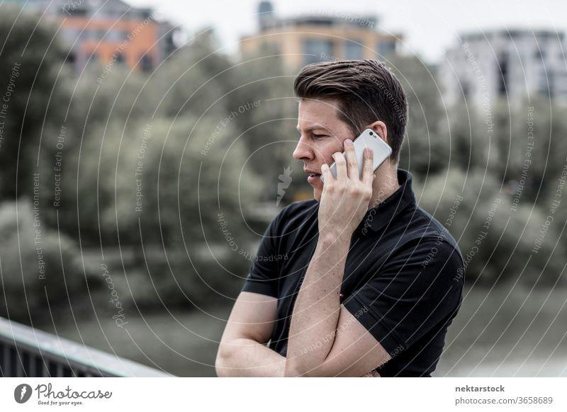Profil eines Mannes, der am Telefon spricht Handy sprechend Erwachsener abschließen Telekommunikation Technik & Technologie elektronisch Apparatur Gespräch