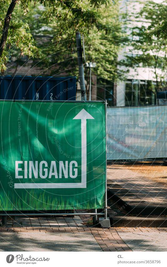 eingang Eingang Festival Veranstaltung Eingangsbereich Bauzaun Typographie Buchstaben Schilder & Markierungen Hinweisschild Orientierung Pfeil