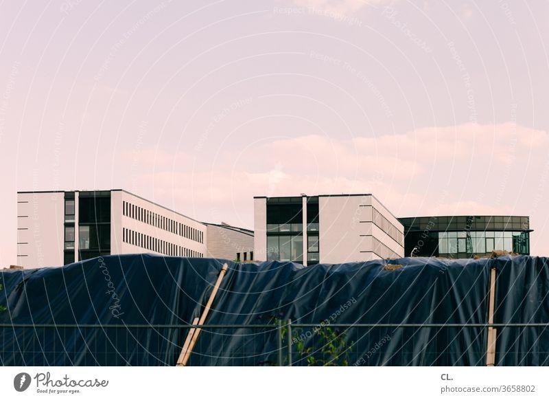baustelle und neubauten Architektur Neubau Baustelle Gebäude Moderne Architektur Bürogebäude Himmel Bauzaun Plane Stadt Menschenleer Farbfoto Außenaufnahme