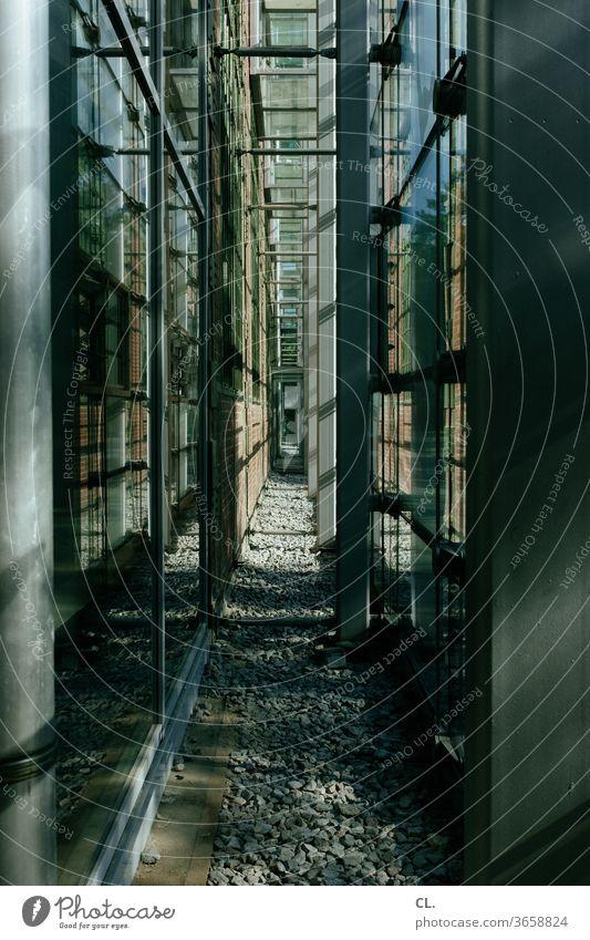 gang Gang Architektur Korridor Moderne Architektur Außenaufnahme Komplexität modern Glas Glasfassade Platzangst Gebäude eng Steine Bürogebäude klaustrophobie