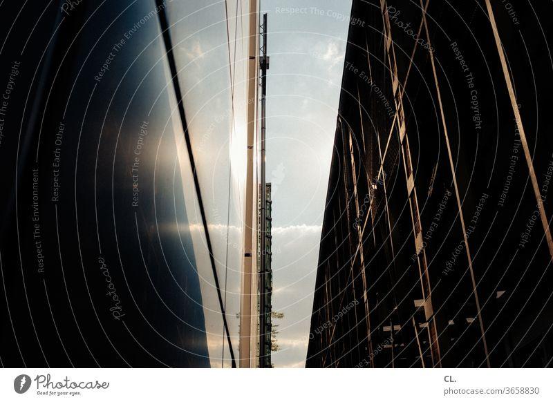himmel und gebäude Architektur Gebäude Gebäudeteil Fassade Stadt Himmel Wand Architekturfotografie Strukturen & Formen Durchblick ästhetisch abstrakt