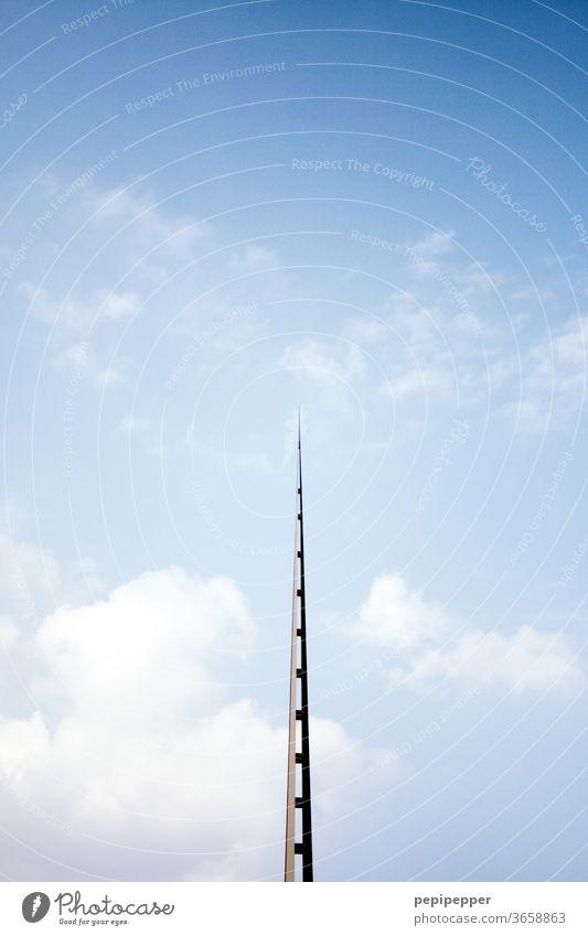 Nadelöhr – große Metallspitze auf einem Gebäude Architektur Himmel Spitze Wolken Architekturfotografie Bauwerk Bauwerke Farbfoto Menschenleer Außenaufnahme Tag