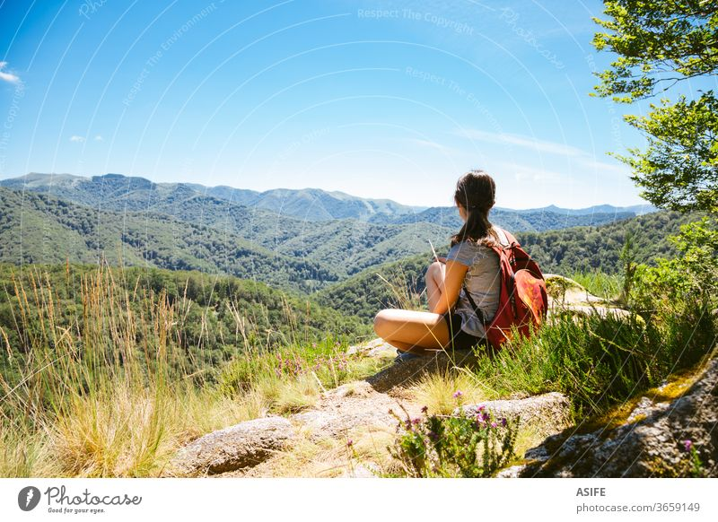 Wandermädchen geniesst im Sommer die Natur Menschen Berge u. Gebirge Freiheit wandern allein Landschaft Artikutza Baskenland Trekking Frau Mädchen Wanderer